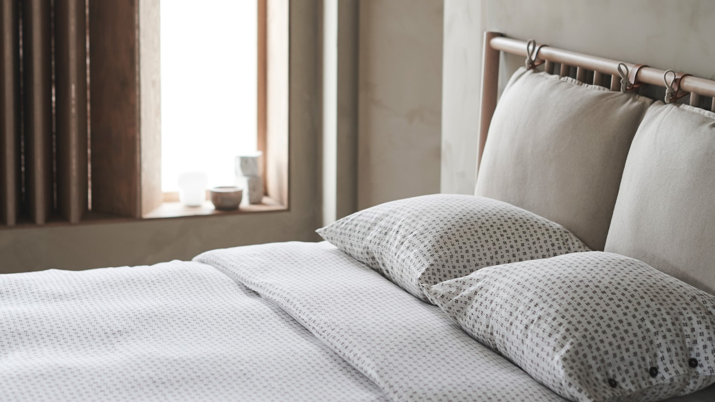 落ち着いた自然な色合いのベッドルーム。VÄGTÅG/ヴェグトーグ 掛け布団カバー&枕カバーでベッドメイキングしたダブルベッド。