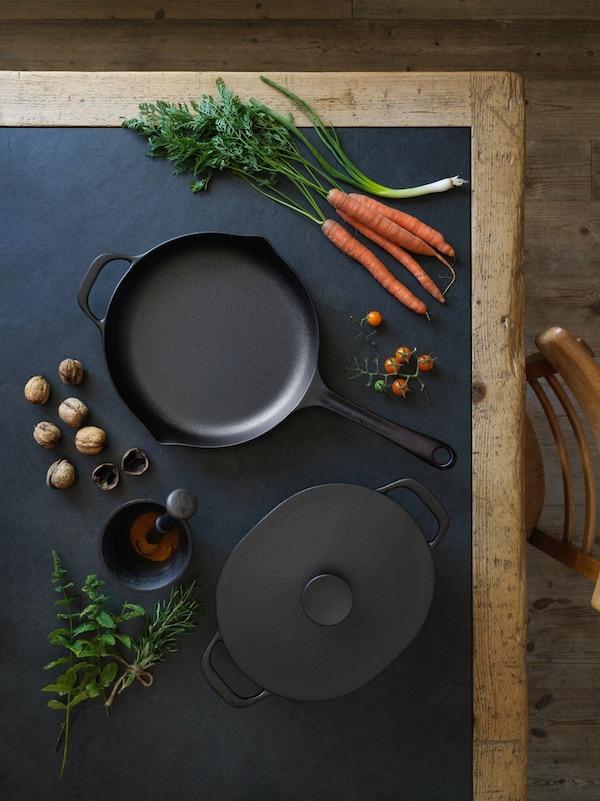 Чугунная сковорода и овощи