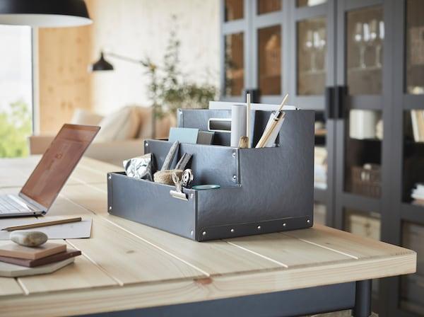 Ciemnoszary organizer na biurko IKEA FJÄLLA z trzema półkami do przechowywania przyborów do pracy i hobby.