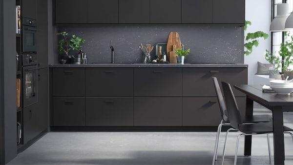 Čierne kuchynské dvierka a čelá zásuviek IKEA KUNGSBACKA z recyklovaného dreva pokrytého fóliou recyklovaného PET plastu.
