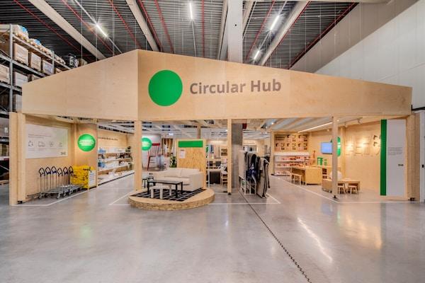 Circular Hub je umiestnený v priestoroch samoobslužného skladu pred pokladňami obchodného domu.