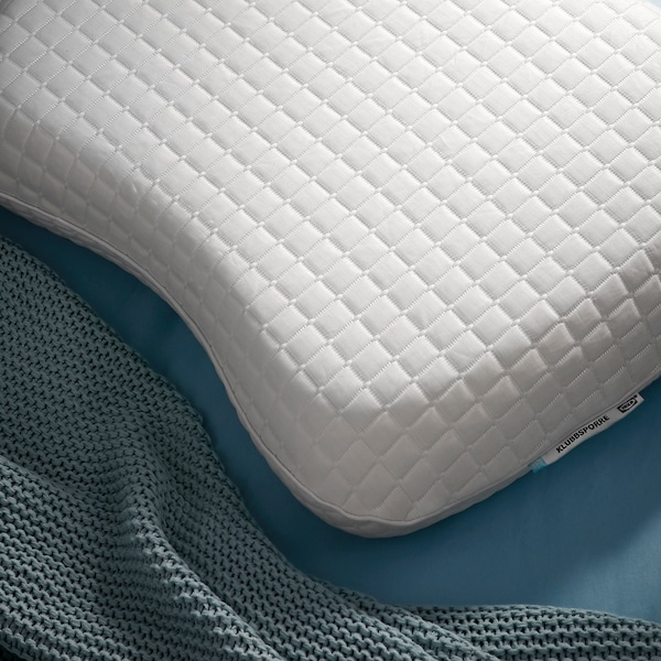 Close-up of the shape of IKEA KLUBBSPORRE ergonomic pillow, which is topped with a cooling material.
