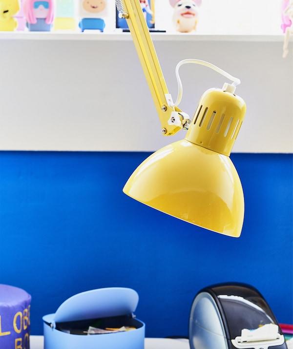 Close-up van een gele bureaulamp