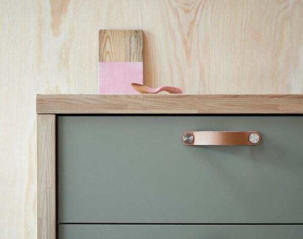 Close-up van een keukenlade met mat grijsgroen BODARP ladefront voor een moderne look.