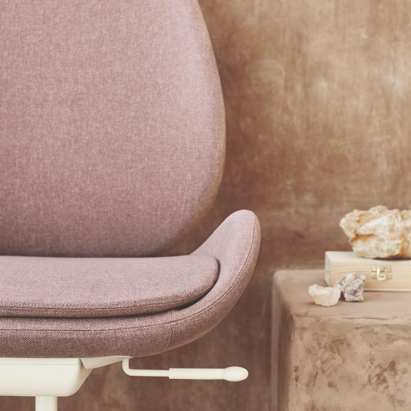 Close-up van HATTEFJÄLL bureaustoel in oudroze: elegantie en ergonomie ontmoeten elkaar op het werk.