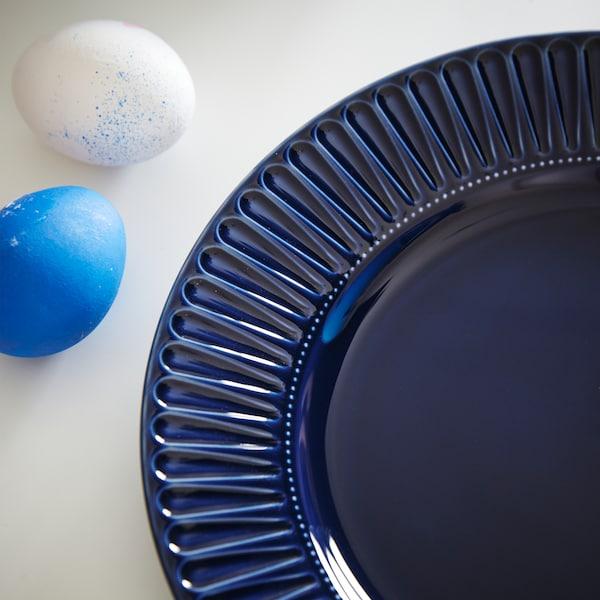 Close-up van het bloemachtige patroon van een STRIMMIG bord van donkerblauw aardewerk.