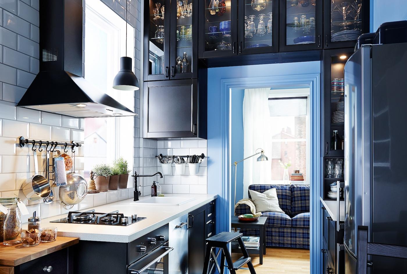 Cocina estrecha con armarios de IKEA alrededor de la puerta.