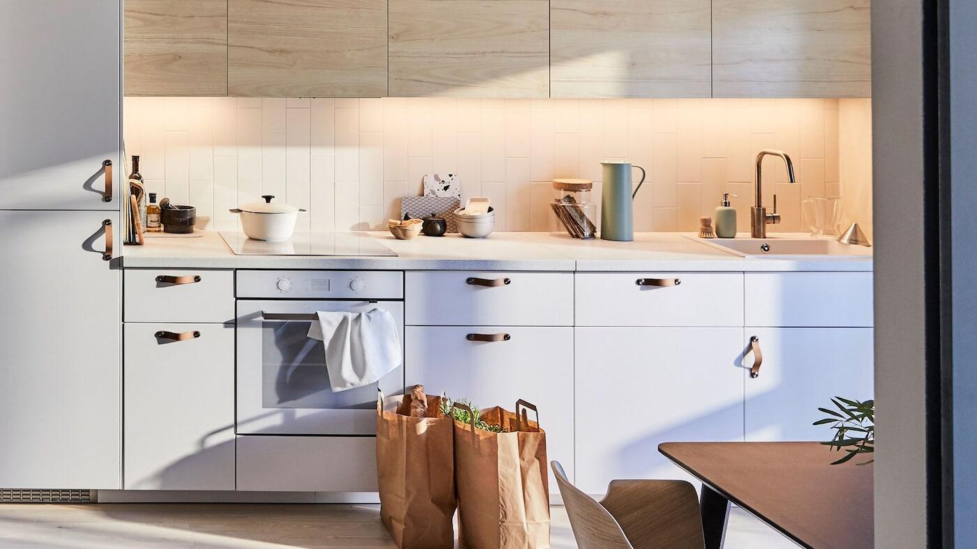 Cocina IKEA SEKTION con luz y madera ASKERSUND.