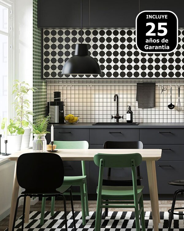 Cociña METOD de IKEA personalizada con portas YTTERBYN e unha mesa de cociña con cadeiras.