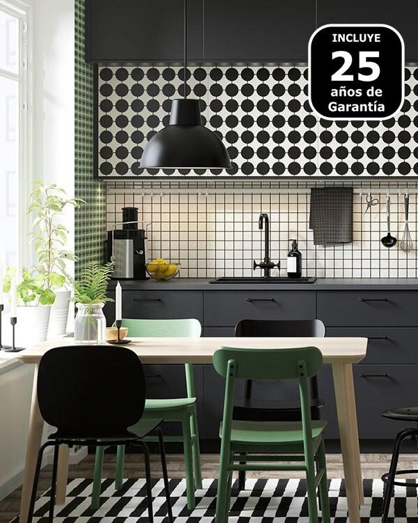 Cocina METOD de IKEA personalizada con puertas YTTERBYN y una mesa de cocina con sillas.