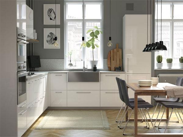 Una cocina moderna luminosa y amplia con madera ikea for Cocina moderna tipo buffet