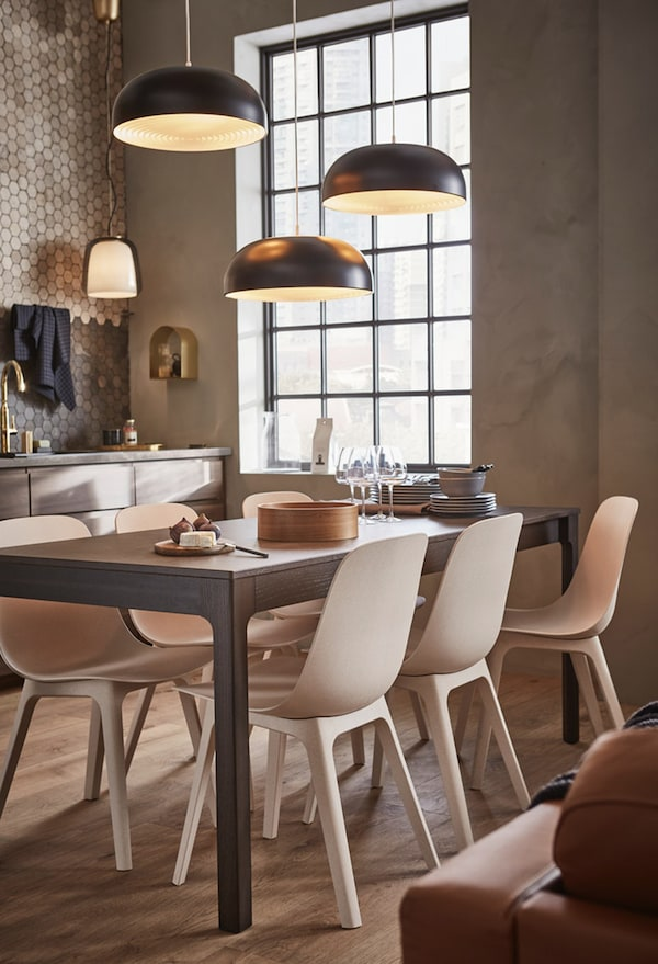 Coin repas avec table extensible EKEDALEN, chaises ODGER et suspensions NYMÅNE