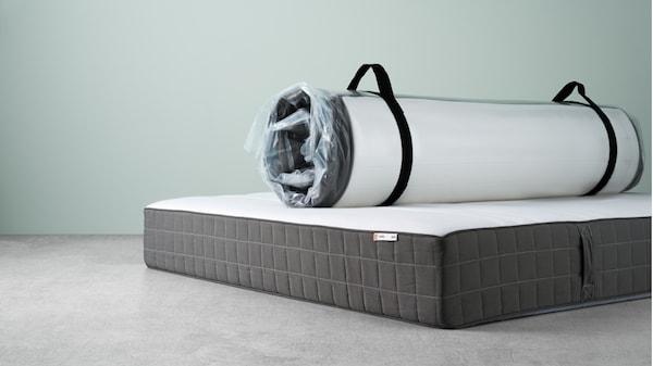Colchón HÖVÅG enrollado sobre otro colchón HÖVÅG