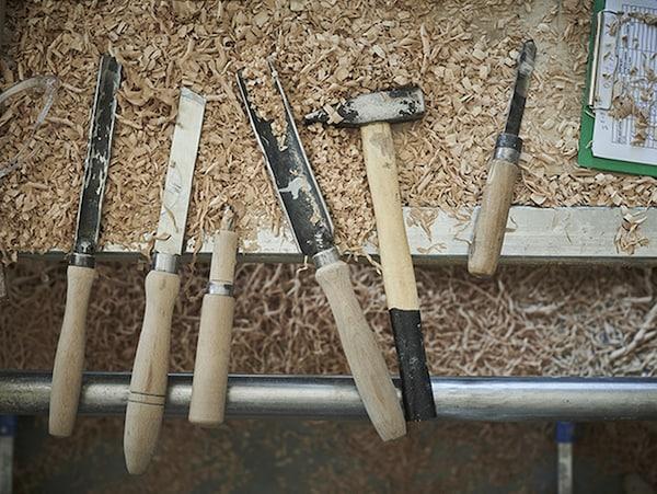 Colección de herramientas de trabajo artesanal de madera sobre tablón