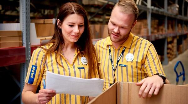 Collaborateurs IKEA dans le Dépôt libre-service