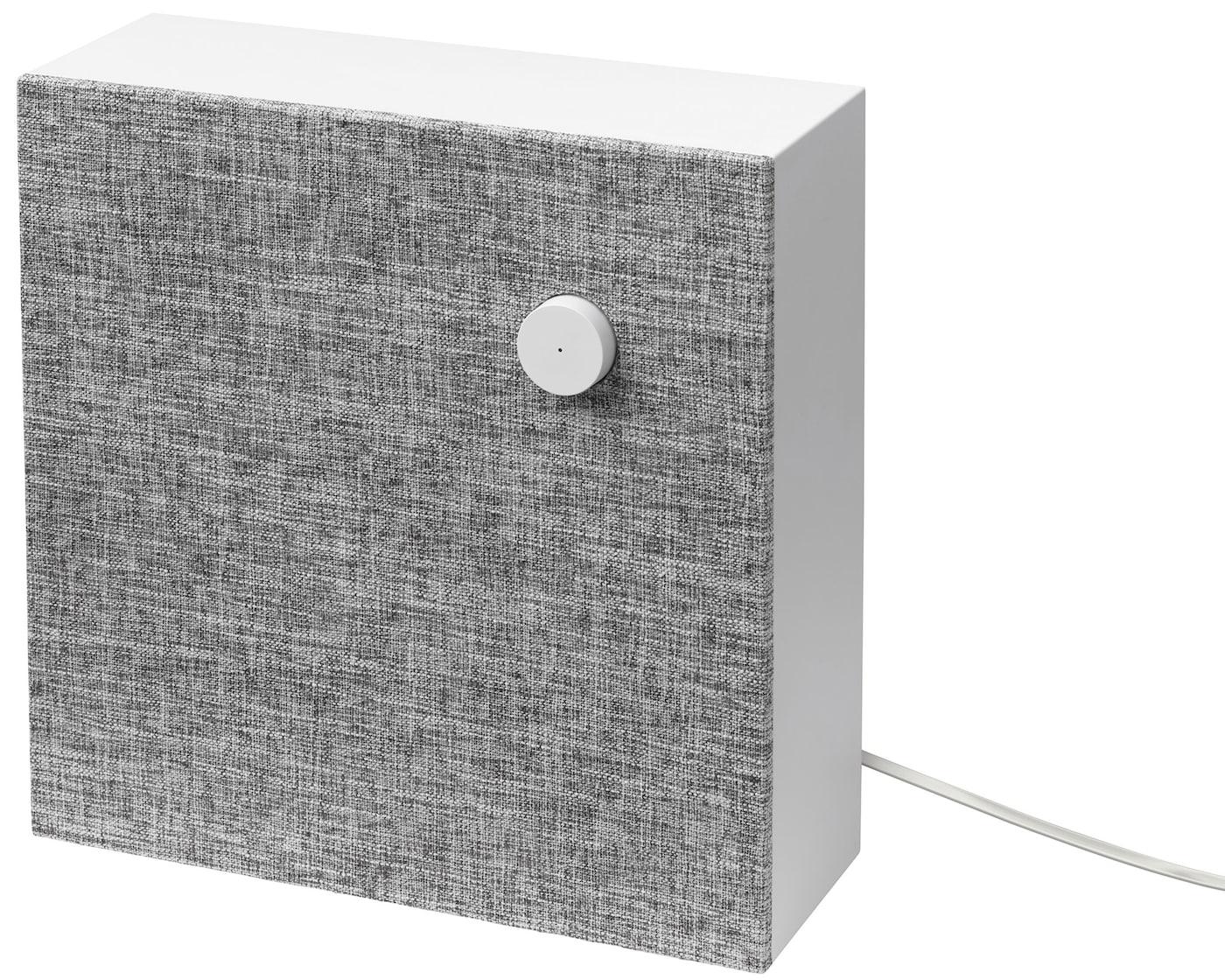 Coluna Bluetooth ENEBY, montada na parede num fundo branco.