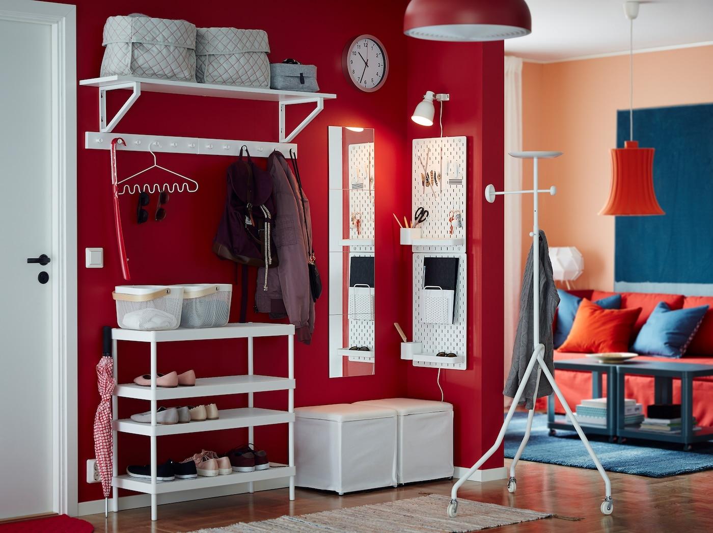 Combina el zapatero apilable MACKAPÄR con un estante de pared blanco, un taburete y un tablero de clavijas para proporcionar un lugar a sus zapatos, abrigos y artículos más pequeños en el recibidor.