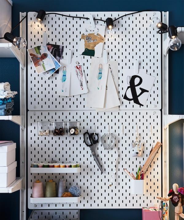 Combinación de tablero blanco IKEA SKÅDIS con fotos, dibujos y herramientas de costura.