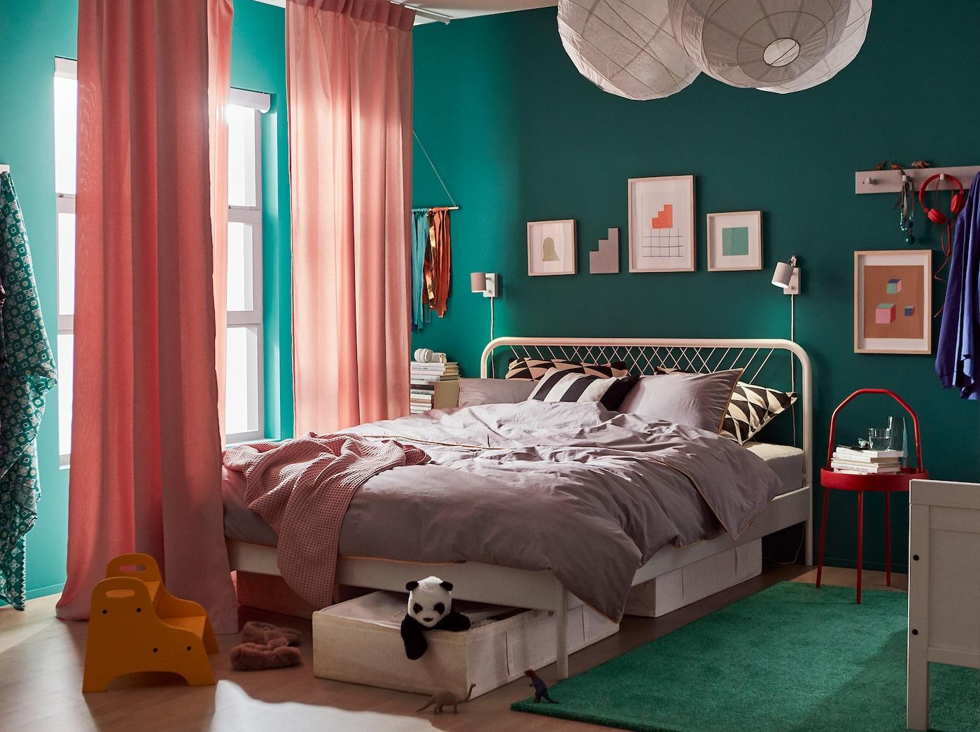 Combine a estrutura de cama NESTTUN, em branco, e a estrutura de cama extensível para criança SUNDVIK, para um quarto partilhado coordenado e funcional.