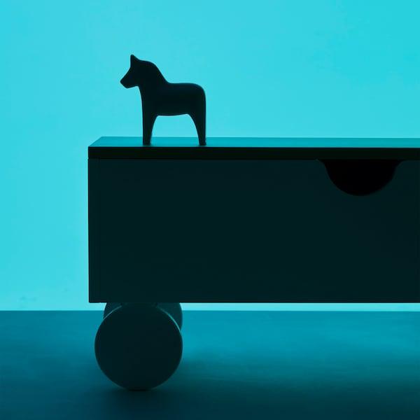 Come parte dei festeggiamenti per il 75° compleanno di IKEA, l'edizione ispirata agli anni '90-2000 della collezione vintage GRATULERA è caratterizzata da linee semplici e minimaliste e dall'accostamento di legni chiari scandinavi a motivi grafici.