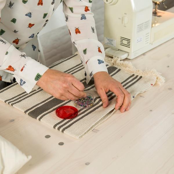 Commencez par fabriquer une housse avec le tapis.