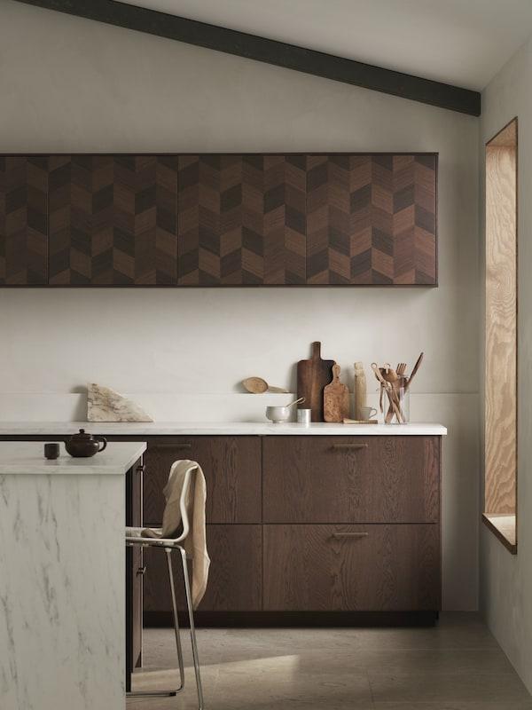 Cómo decorar una cocina con marrón oscuro