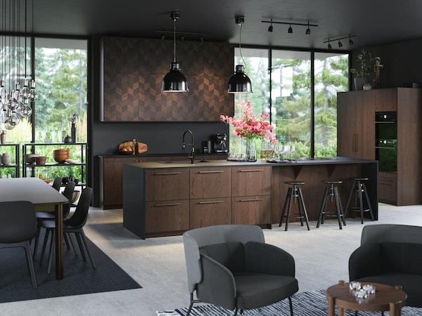 Cómo decorar una cocina en tonos oscuros