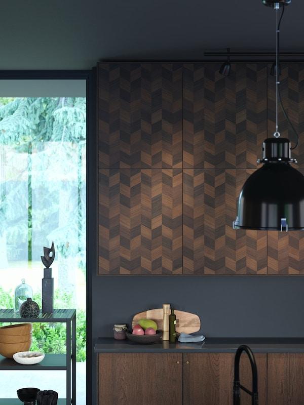 Cómo decorar una cocina negra y marrón