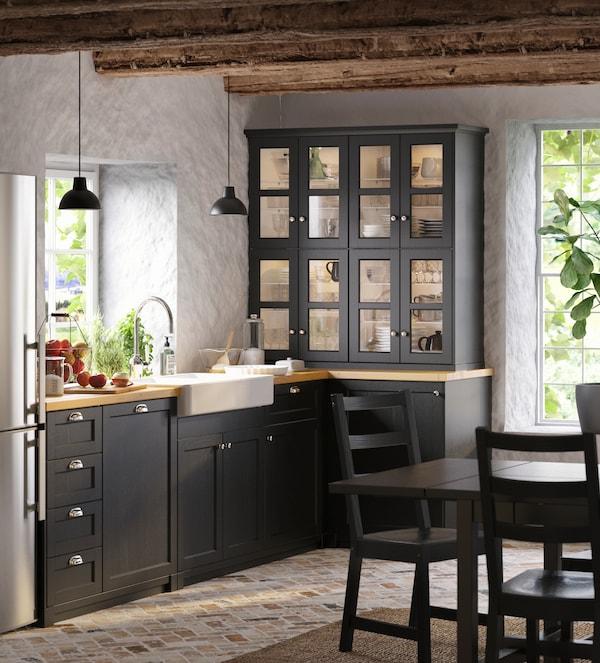 Cómo decorar una cocina rústica en negro
