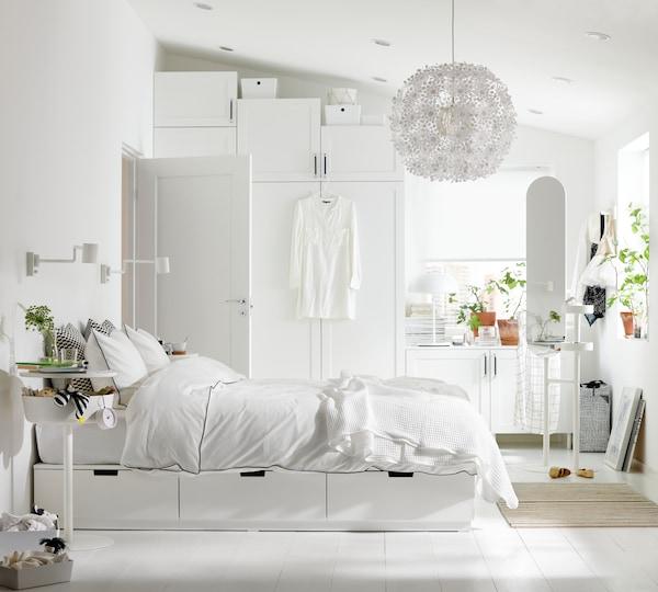Cómo decorar una habitación con una cama con cajones de almacenaje