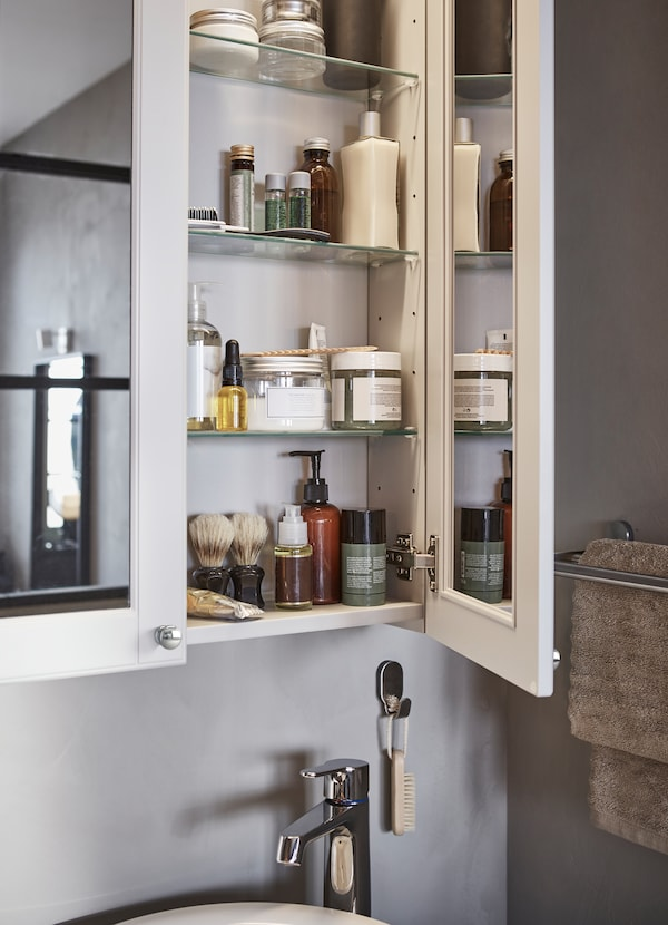 Complement your GODMORGON bathroom with light grey mirror cabinets from the series. The doors have glass mirrors both inside and outside to help see yourself from all angles.