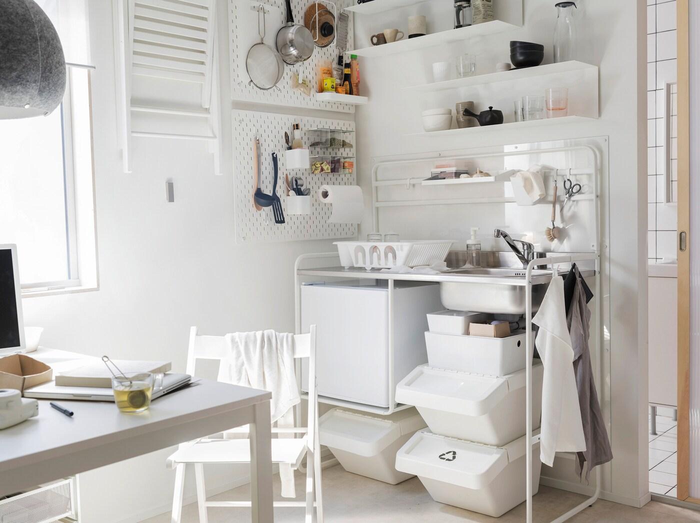 Componha a sua pequena kitchenette com móveis funcionais e flexíveis como a mesa MELLTORP em branco e a gama de cozinhas independentes SUNNERSTA.