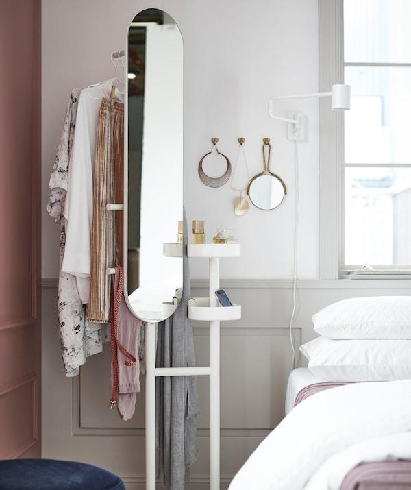 Con el galán de IKEA puede tener todo lo que necesita para vestirte rápidamente por las mañanas.