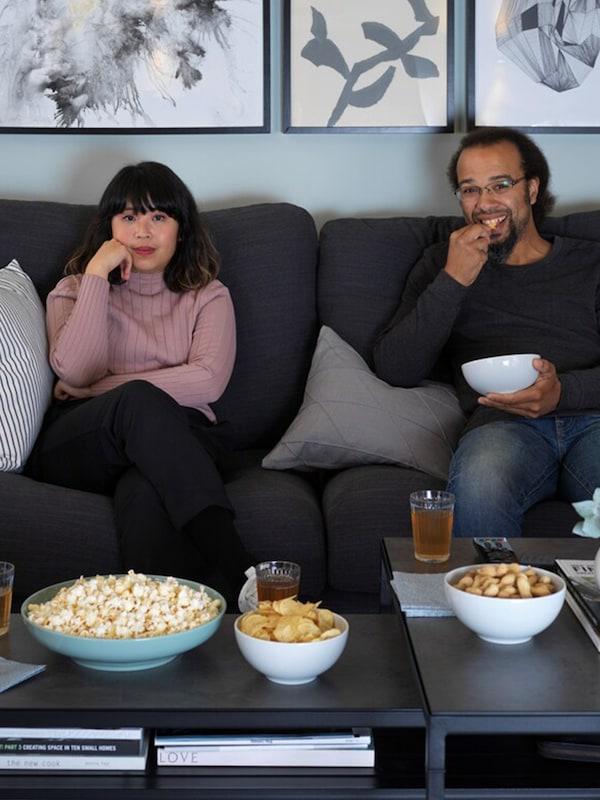 Con gli amici sul divano