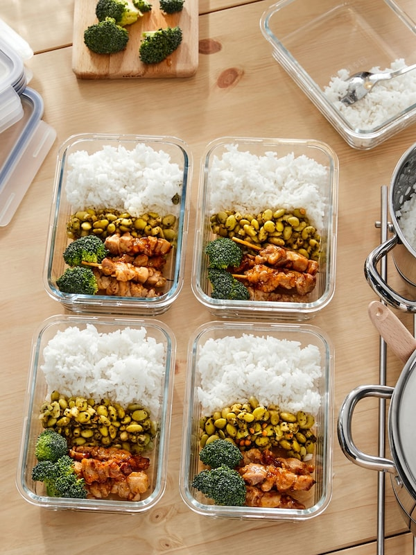 Contenants alimentaires en verre IKEA 365+ avec des repas préparés