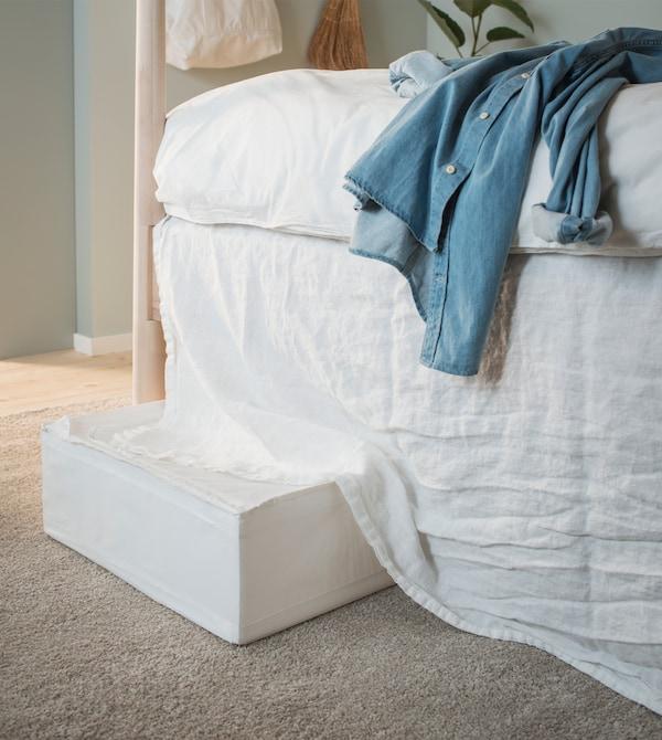 Contenitore per organizzare sotto il letto, nascosto da una tenda trasformata in giroletto - IKEA
