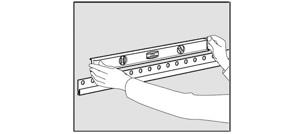 Contrôler l'horizontalité du rail de finition IKEA