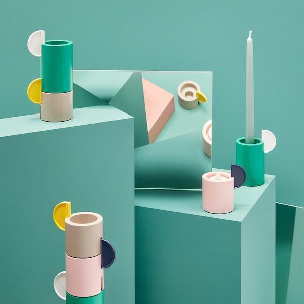 Conxuntos de portacandeas ÄDELHET en formas cilíndricas e distintas alturas e cores.