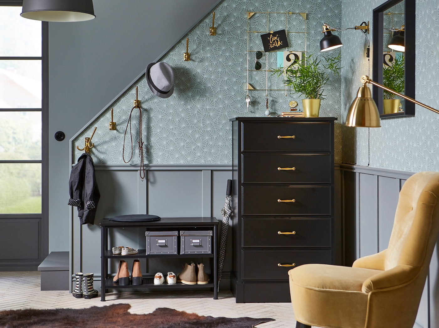 Copper-coloured KÄMPIG hooks and storage space for shoes, hats, jackets and smaller accessories such as makeup and keys. The wallpaper and panelling create a cosy atmosphere.
