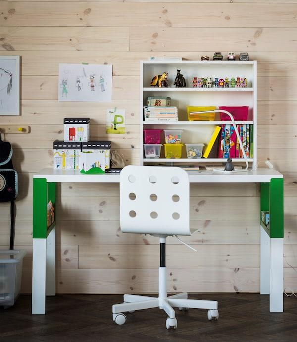 Corbeilles à courrier, étagères murales, boîtes, poste de charge et porte-crayons font équipe pour libérer ce bureau tout blanc. En voilà de bonnes idées pour faire de la place!