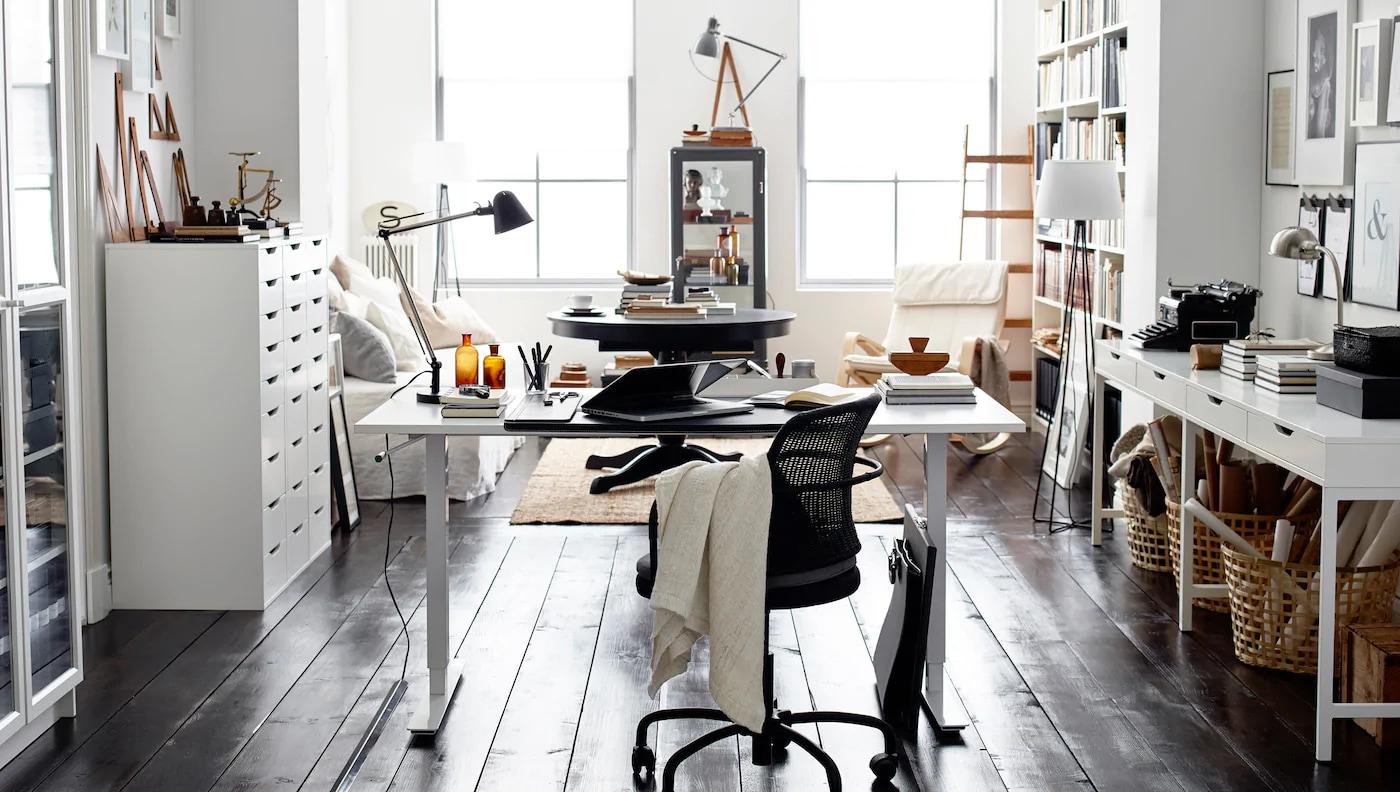Couleurs neutres et combinaison de blanc et de noir donnent à cet espace de travail à domicile un style intemporel.