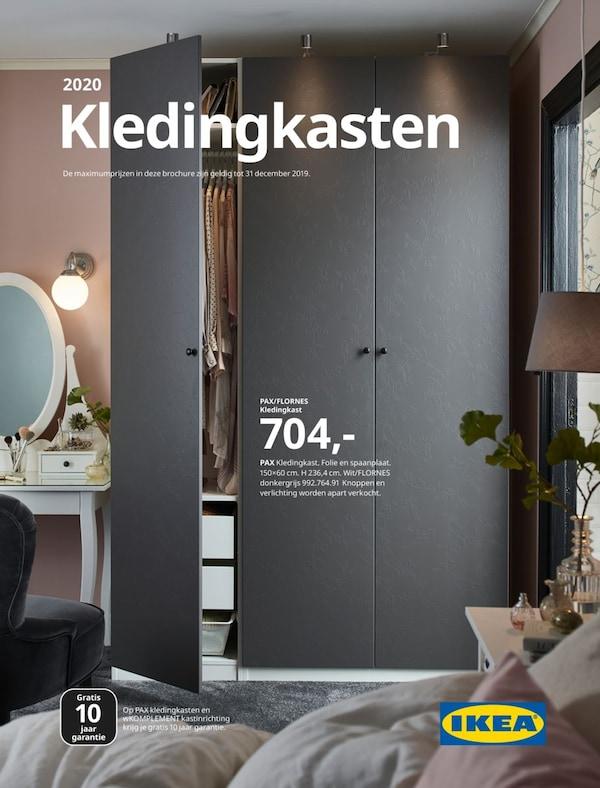 Cover van de IKEA kledingkastbrochure 2020, met een grijze kledingkast waarvan één deur open staat, en een toilettafel in de slaapkamer.