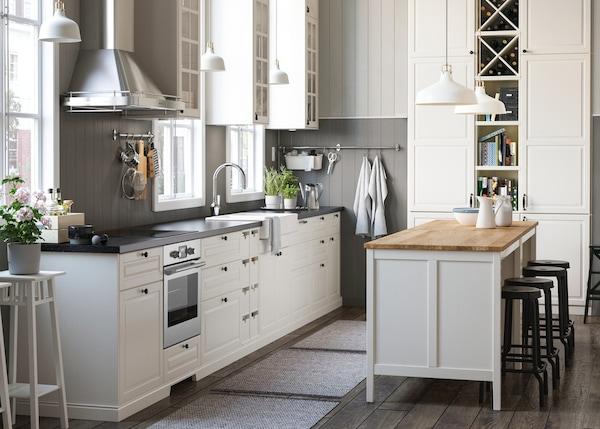 Cozinha branca com estilo rústico