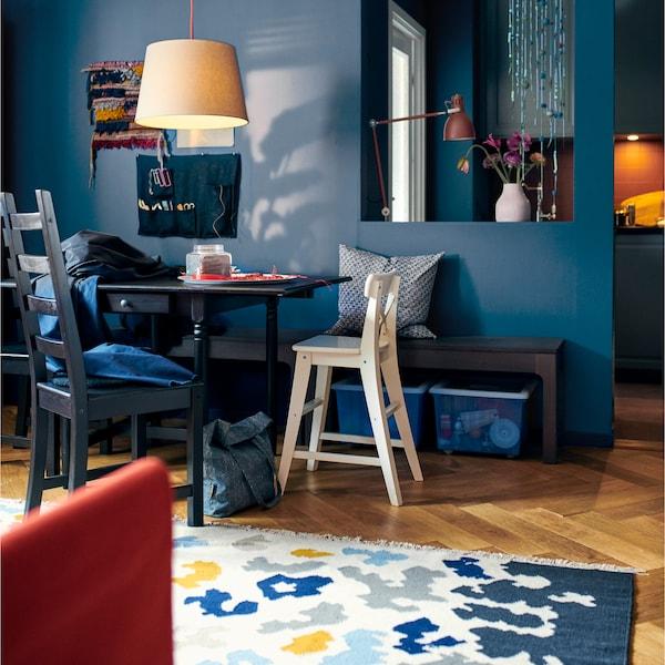 Crea una zona pranzo flessibile con il tavolo con ribalte marrone–nero INGATORP di IKEA. Serve più spazio? Basta aprire una o due ribalte