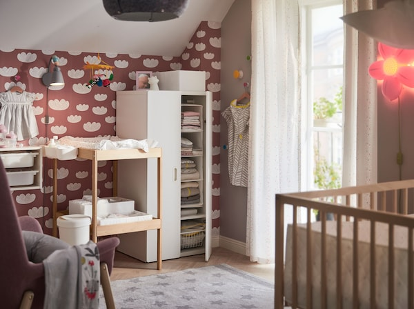 Create a calm and organized nursery with IKEA STUVA FRITIDS white clothes wardrobe. The low height, rounded corners and handles make it a safe and child adapted closet.