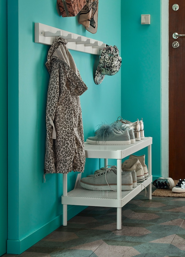 Create a children's corner in the hallway at a low height with IKEA MACKAPÄR shoe rack and KUBBIS wood mount with 7 hooks. Children can do it themselves!