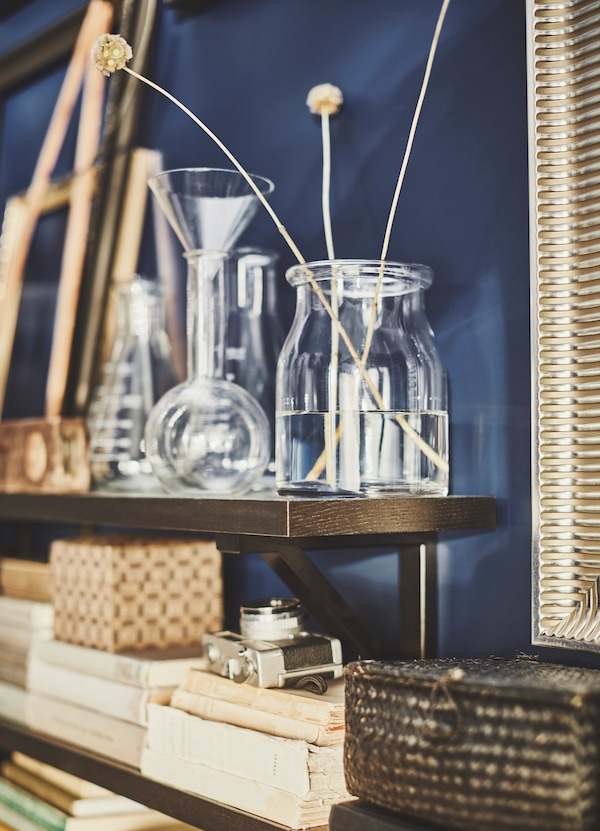 Create a still life setting with IKEA BEGÄRLIG clear glass vases. Place plants or other accessories inside to create your own eclectic collection.
