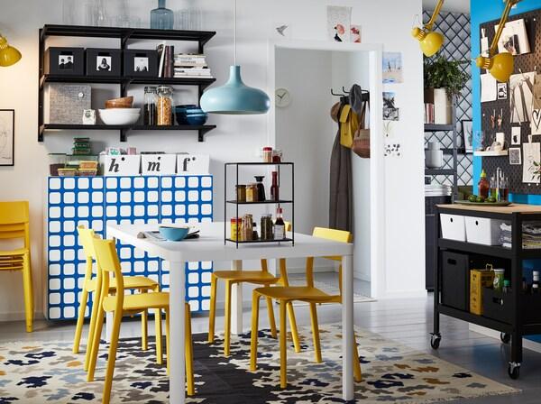 Crée ton coin repas partagé avec la table blanche légère TINGBY, les chaises jaunes JANINGE et une armoire à provisions ouverte sous la forme d'étagères ALGOT, faciles à nettoyer et pratiques pour ranger la vaisselle.