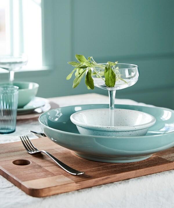 Crée une table estivale dans un mélange de verts clairs et de blancs purs! Choisis une vaisselle vert clair, comme le bol vert IKEA ENTYDIG!