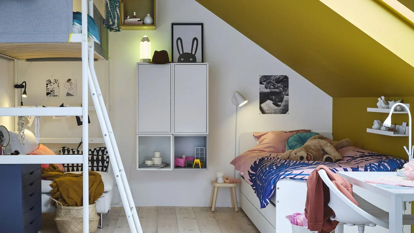 Creëer een blauw-witte kinderkamer met KURA omkeerbaar bed in wit en grenen en KURA bedtent in blauw - en bied ook voldoende ruimte om eronder te spelen.